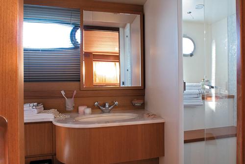 Туалет, душевая на яхте Ferretti 690