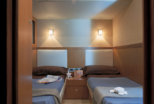 Каюта с двумя кроватями на яхте Ferretti 690