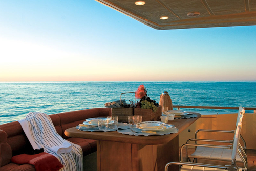 Кокпит, диван и столик на яхте Ferretti 690
