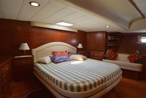 Кровать в большой каюте яхты MD-27