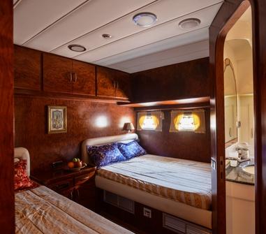 Каюта с двумя кроватями на яхте Magic Dream